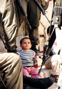 Cinq adolescents palestiniens sont confrontés à la prison à vie pour avoir jeté des pierres présumé dans Contrôle population et Armes enfant-palest-210x300