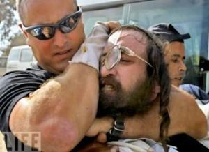 Israël envoie ses milices privées contre les juifs orthodoxes contestataires (Vidéo) dans Contrôle population et Armes repression_juifs_orthodoxes-03fe5-300x218